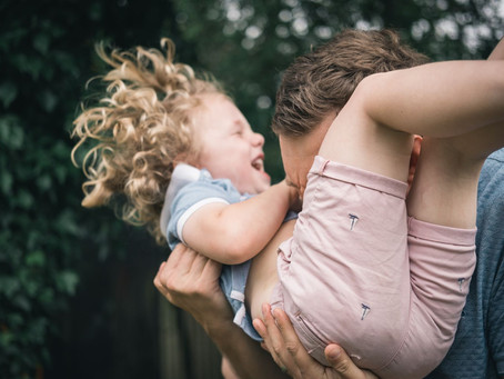 O que acontece no cérebro de uma criança quando ela brinca com seus pais