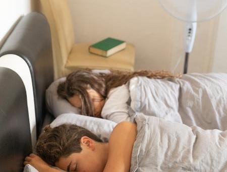 Dorme com ventilador ligado e acorda mal? Saiba o que fazer para amenizar