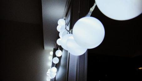 Como fazer luzes decorativas com bolas de ping-pong