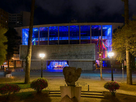 Teatro Guaíra faz exposição de figurinos e adereços de obras icônicas