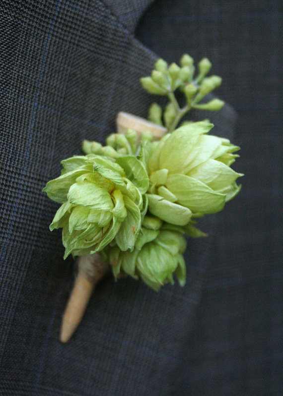 Hops Boutonniere on a golf Te - Love this inspiration Photo!