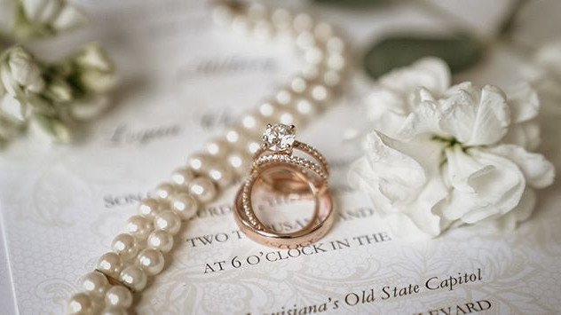 Gosh.. I love the rose gold wedding set!