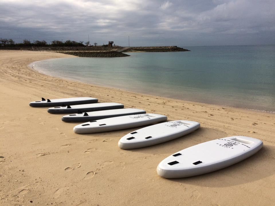 砂浜に横たわるSUPボード達。