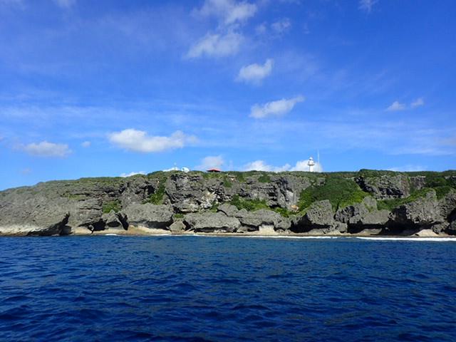 喜屋武岬灯台下ポイントから喜屋武岬を見上げた写真