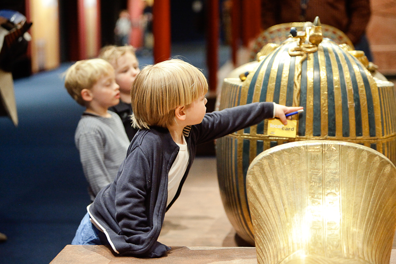 king-tut-children-interacting-with-mummy