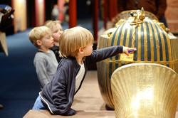 king-tut-children-interacting-with-mummy