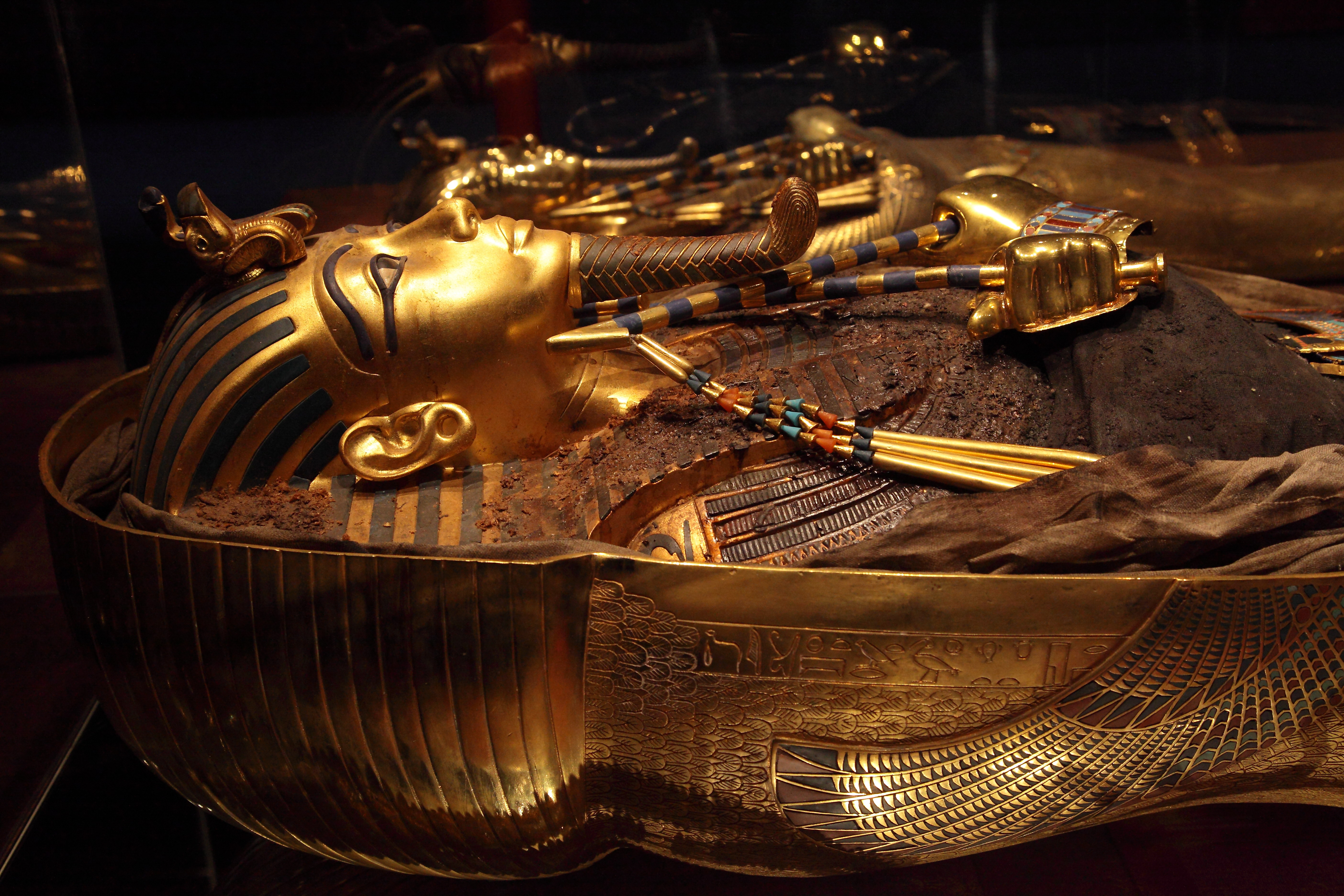 king-tut-golden-mummy-cases-04