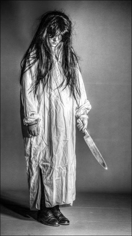 Niña aterradora con cuchillo asesino. www.javinavas.es