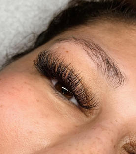 strong cat eye, long lashes