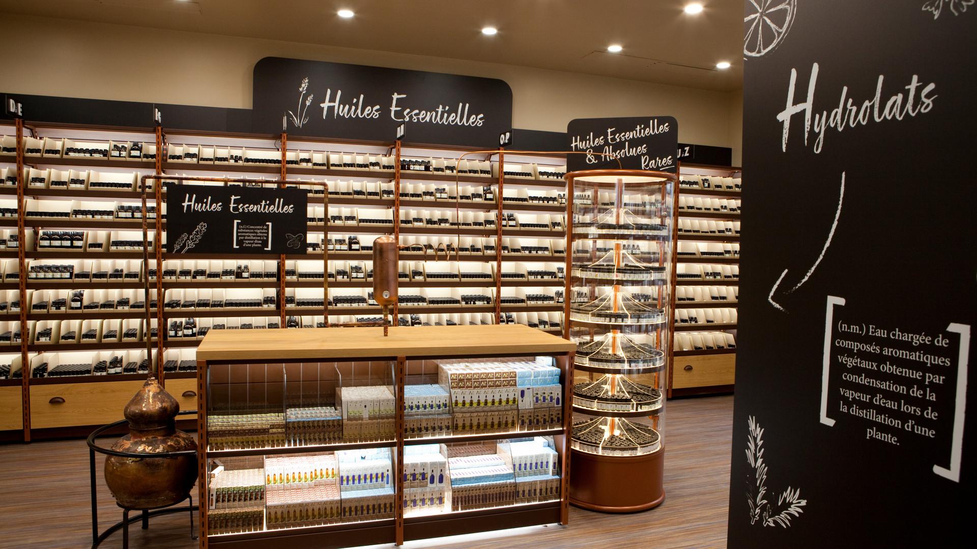 Alambic en cuivre, CLV, gondole et mobilier bas magasin cosmetiques bio AROMA ZONE PARIS