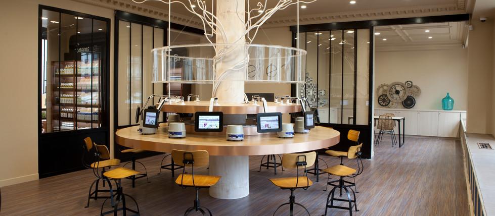 Espace et table d'atelier collectif design arbre magasin cosmetiques bio AROMA ZONE PARIS