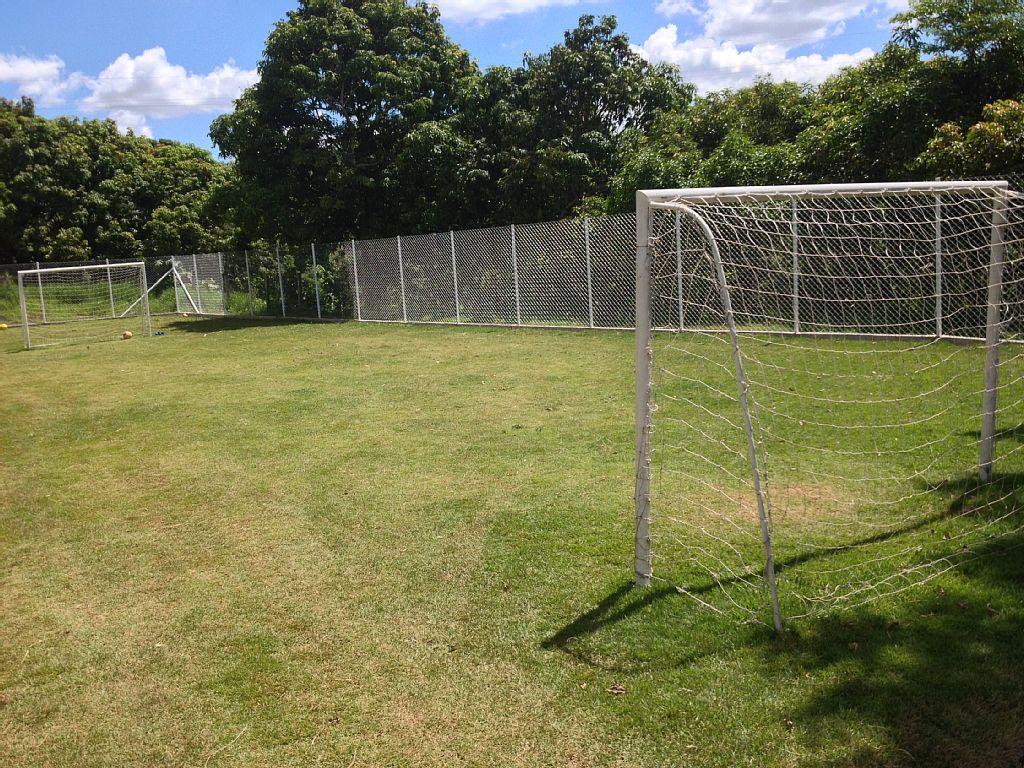 Campo gramado e cercado