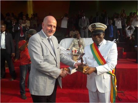 La ville de Conakry reçoit le trophée de la Capitale mondiale du livre / Conakry city receives the t