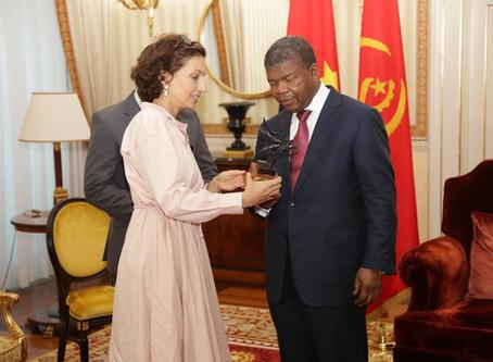 Le Président de l'Angola, Monsieur João Lourenço, reçoit le trophée de l'Arbre de la Paix