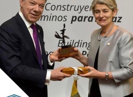 Le Président de la Colombie, Monsieur Juan Manuel Santos, reçoit le trophée de l'Arbre de la Pai