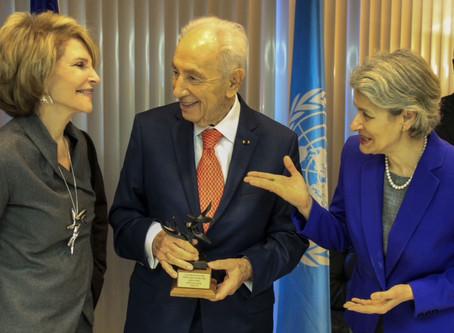 Shimon Peres reçoit la sculpture l'Arbre de la Paix à l'UNESCO