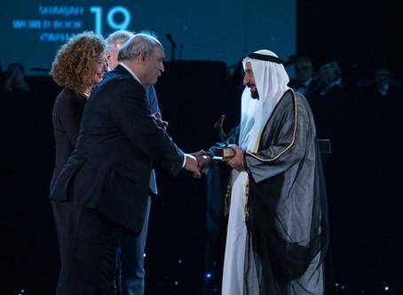 La ville de Charjah reçoit le trophée de la Capitale mondiale du livre / Charjah city receives the t