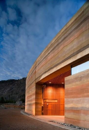 Casa moderna feita de taipa de pilão - Futura Arquitetos
