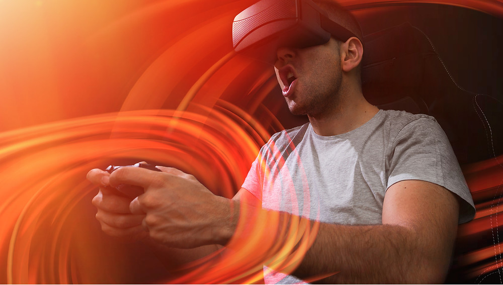 Hombre jugando un videojuego con un casco de realidad virtual.