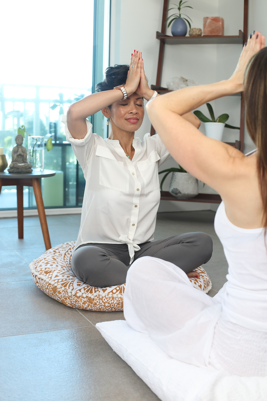 deux femmes faisant du yoga