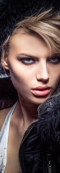Modelo con chaleco y labios rojos