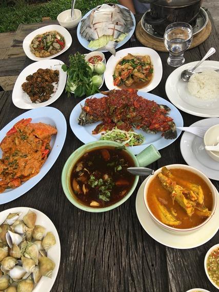 16 อาหารเต็มโต๊ะ