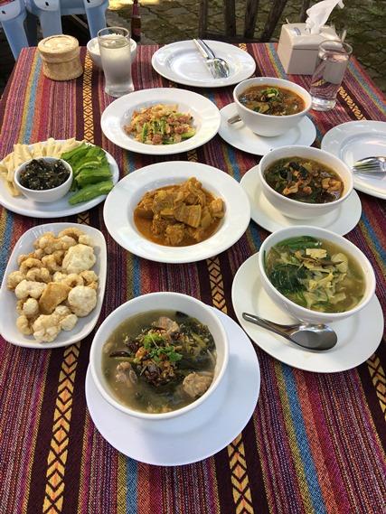 10 อาหารเต็มโต๊ะ