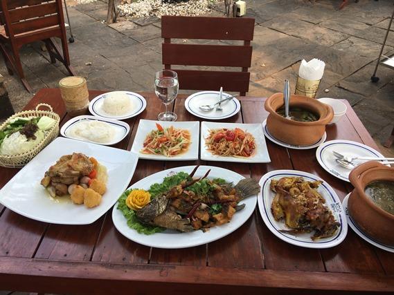 09 อาหารเต็มโต๊ะ