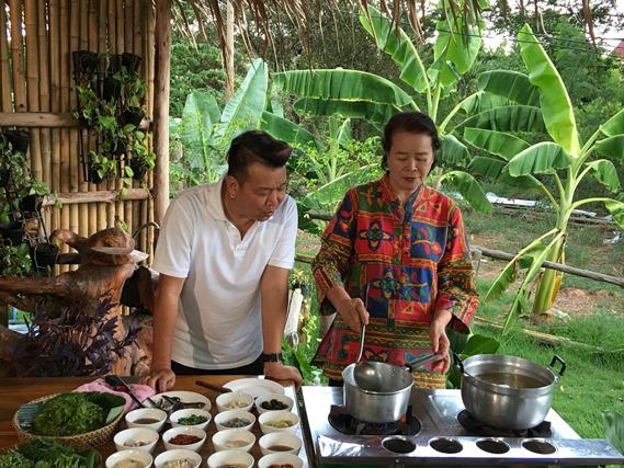 02 พี่บุญล้นกำลังทำแกงผักหวานใส่ไข่มดแดง