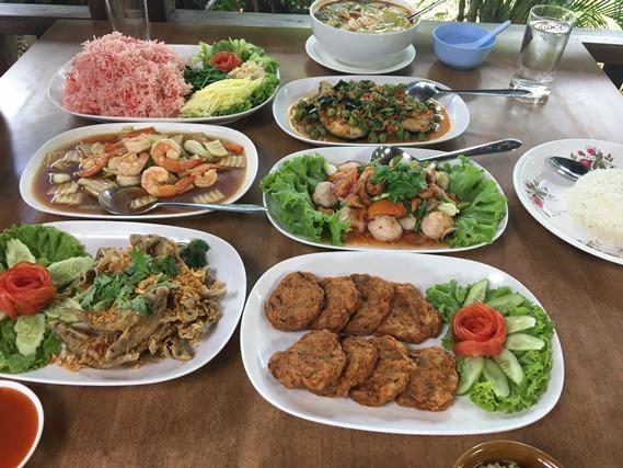 11 อาหารเต็มโต๊ะ