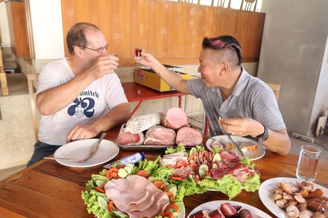 22 นั่งกินไส้กรอกและแฮม