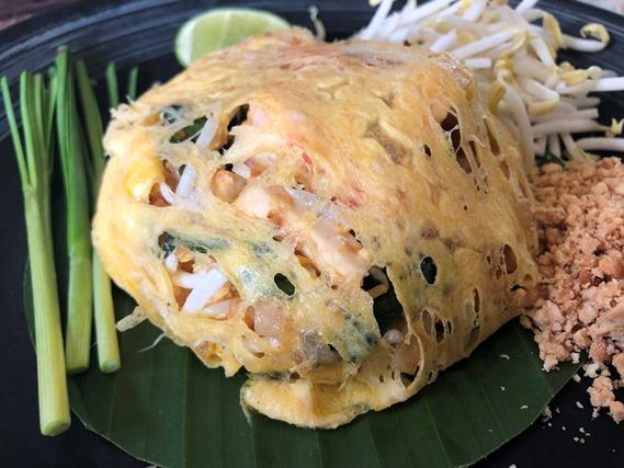06 ผัดไทยกุ้งสดห่อไข่