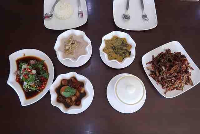 07 อาหารเต็มโต๊ะ