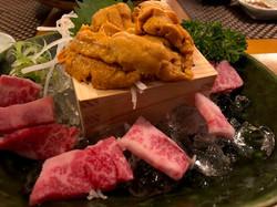 16 ชุดซาชิมิเนื้อดิบกับไข่หอยเม่น