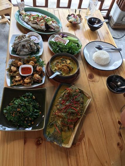 18 อาหารเต็มโต๊ะ