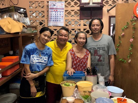 23 ถ่ายรูปกับเจ้าของร้าน และครอบครัว