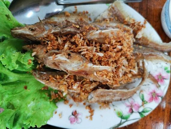 04 ปลาเนื้ออ่อนทอดกระเทียม