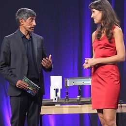 Event Moderatorin Angela Halfar mit Ranga Yogeshwar
