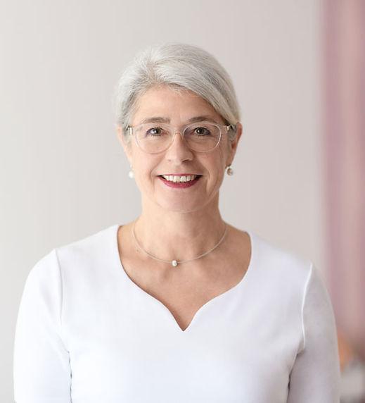 Petra Maria Welz ist Körpertherapeutin mit den Schwerpunkten Somatic Experiencing, Osteopathie und Akupunktur der Ohrmuschel, ausserdem Traumatherapie. Die Praxis mit den schönen Praxisräumen und angenehmer Atmosphäre befindet in sich Feudenheim in der Wilhelm-Furthwängler-Strasse, Mannheim