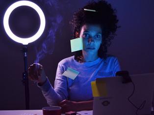 Peça encenada no Zoom fala sobre pessoas que trabalham 24h por dia em videoconferência
