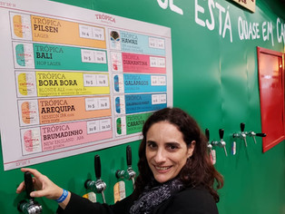 Vencedora do concurso da Trópica experimenta sua cerveja no estande da marca no Mondial Rio