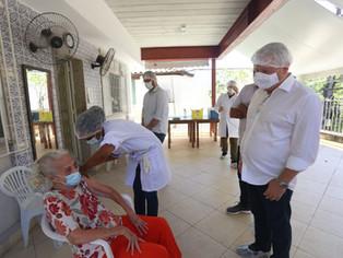 Senhora de 93 anos e enfermeira dão início à vacinação contra Covid-19 em Niterói