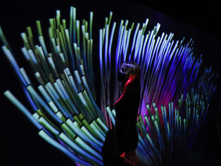 Instalação desafia o visitante a participar de  uma experiência virtual longe do celular