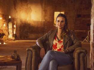 A documentarista Petra Costa fala sobre seu trabalho em série do canal Curta!