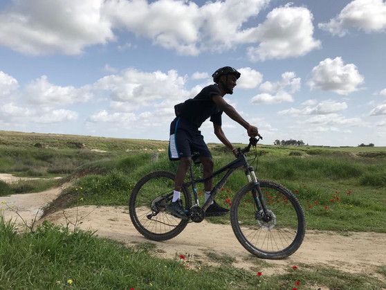 רכיבת אופניים בשדות