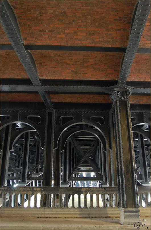 dessous de le Pont Alexande III
