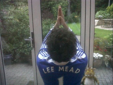 Lee Mead praying for chelsea on  Meadaholics