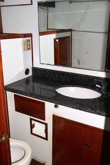 bathroom of 50ft defever rental in panama