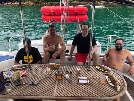 fiesta de grupo en 57ft fountaine pajot alquiler de catamarán en panamá