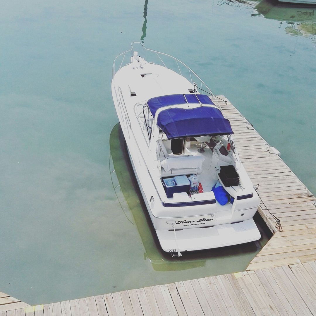 exterior of 34ft bayliner for charter in panama